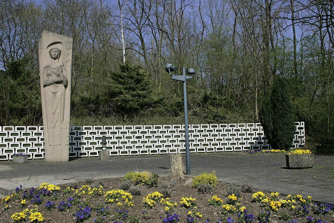 Denkmal für das Grubenunglück im Jahr 1962. Für jedes der 299 Opfer des Unglückes ein weißer Stein.