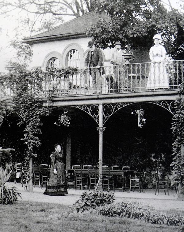 Alwine und Carl vor dem Gartenhäuschen im Haus am Triller, rechts Hedwig
