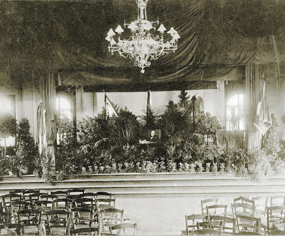 Das verlassene Podium nach der Trauerfeier für Carl Röchling, Saarbrücken 1910
