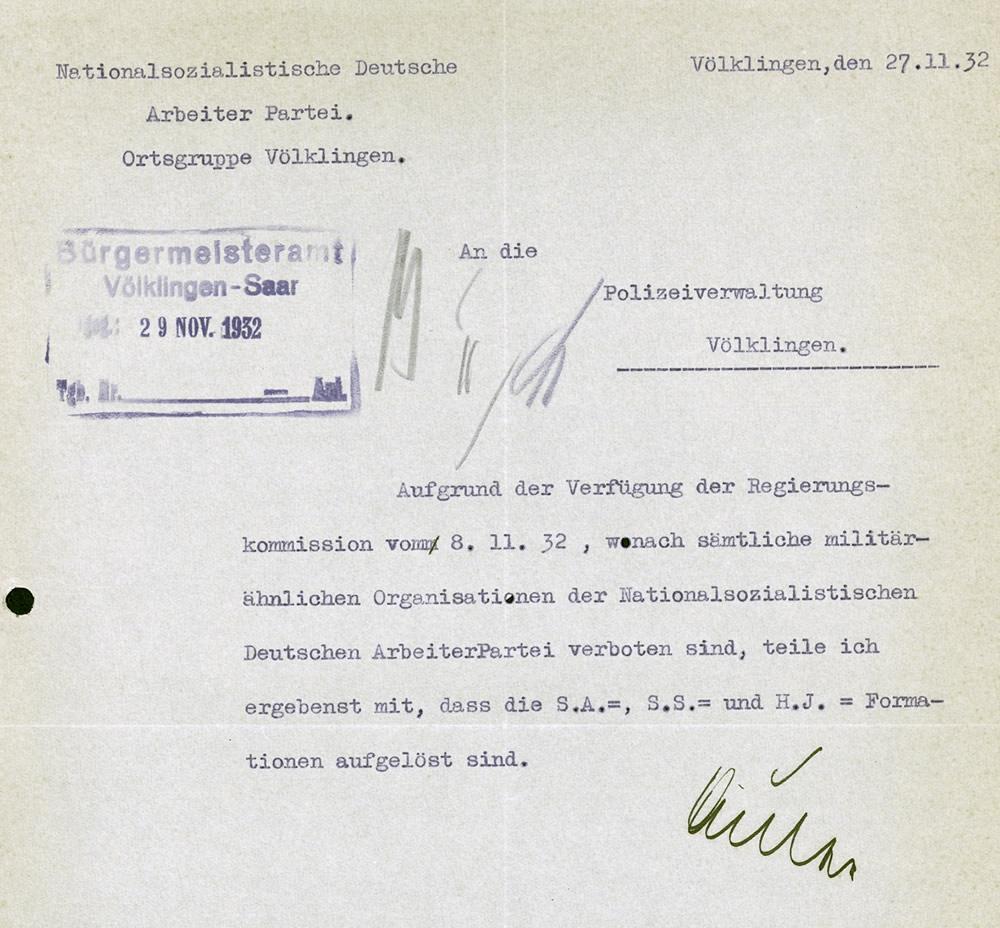 Der Leiter der NSDAP-Ortsgruppe Völklingen, Jakob Auler, bestätigt die Auflösung der Völklinger SA und SS.