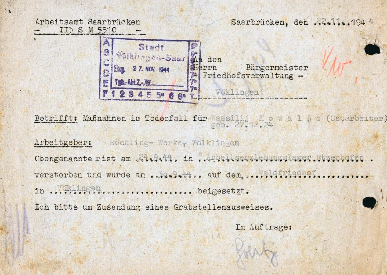 Das Arbeitsamt Saarbrücken fordert die Friedhofsverwaltung der Stadt Völklingen auf, einen Grabstellenausweis für den im AEL Etzenhofen verstorbenen Wasili Kowalew einzusenden.