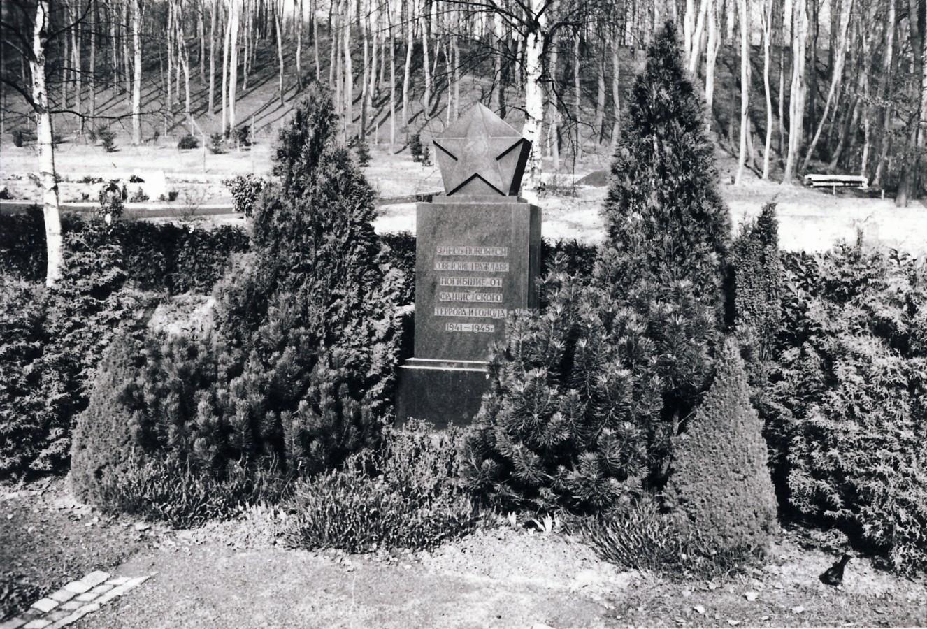 Das 1946 errichtete Denkmal für die während des Zweiten Weltkriegs in Völklingen verstorbenen sowjetischen Staatsangehörigen, um 1957.